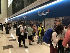 出発は遅れたが、香港には無事に定刻通り到着。 空港内はモノレールで移動。これに乗ると、香港に来たことを実感できる。