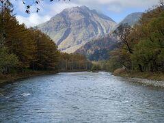 【梓川と焼岳】 お天気がいいので、よく見えます。  次回は登りたいな。