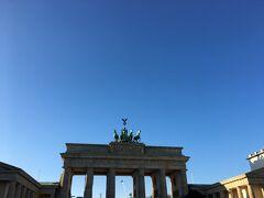 青空が綺麗! ブランデンブルク門前は観光客が沢山いました。