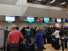 もう、お馴染み(?)となってしまったリマのホルヘチャベス国際空港です。 アメリカン航空のチェックインカウンターです。出発時刻の2時間半前ほどに到着しましたが、もう受け付けを開始していました。あまり人も並んでおらず、「サクッ」を手続きを済ませました。