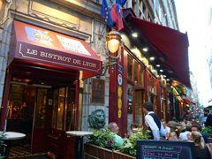 """19時半、夕食に出かけます。 アパートからすぐの""""メルシエール通り""""へ。  この通り、ずら~っとレストランが並んでいて、選び放題なんですが、店があり過ぎて、どこがいいのかわからない…。(^^;  """"Le Bistrot de Lyon""""というレストランにしてみようかな。"""