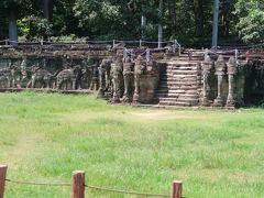 """3)象のテラス、癩王のテラスは良いセンス  バイヨン遺跡の続きにあるのが、象のテラスと、癩王のテラス、という""""ヒナ壇""""。軍隊の閲兵場だったそうだ。  象や、象の鼻を上手にデザインした芸術的センスが素晴らしい。"""