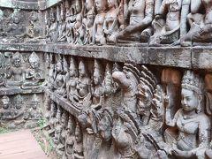 こちらは、癩王のテラスの埋もれた壁の内部から見つかったというヒンドゥー教の神々の彫刻。いろいろな顔の神々に、ずらーりと並んで見つめられると、くすぐたったい気分だった。  写真の右下はナーガの彫刻。私はヘビが嫌いなので、ヘビをモチーフにしたナーガの像には、最後まで親しみを覚えることができなかった。