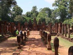 10世紀の建立というバンテアイ・スレイは、赤っぽい砂岩の建造物が、あざやかな緑とコントラストをなす、美しくて優しい感じのする遺跡だった。  表参道を入った瞬間、リンガ、リンガ、リンガあ・・・・・。男根のシンボルがずらりと並び、ここがヒンドゥー教のお寺であることを如実にアピールしていた。