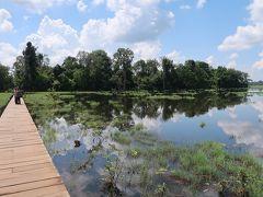 11 水辺のニャック・ポアンは、すがすがしく    「からみつくヘビ 」という意味のニャック・ポアン:Neak Pean 遺跡は、周囲の池に映る青空と真っ白な雲が、とても広々とした空間を創っていた。崩れた石組みと熱帯樹とヒンドゥー彫刻ばかり目にしていたので、とても新鮮で開放感があった。