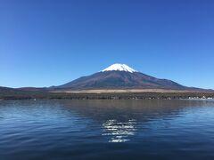 食事をしている間に、雲が消えたのであらためて山中湖越しの富士山を見に行く。