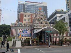 朝早く起きて、まずはリトルインディアをぶらぶらしました。 大きな通りにお寺があり