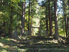 歩いて東山温泉入口近くにある松平家墓所の入り口へ。足場があまりよくない上に、誰もいなかったので怖気づく…。容保公のお墓までは約40分と書いてあった。そんなにかかるのか。少しだけ登ったけれど結構な山道でやめた。ひっそりとしているので、女一人はやめたほうが良さそう。中年でもコワいものはコワい。