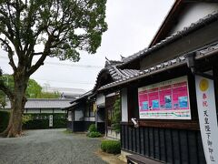 松濱軒 元禄元年(1688)、八代城主松井直之公が母崇芳院尼のために建てたお茶屋で、当時この辺りには松が茂り、八代海を見渡せる浜辺であったことから松浜軒と名づけられましたそう。 別名「浜の茶屋」とも呼ばれていましたそうです。