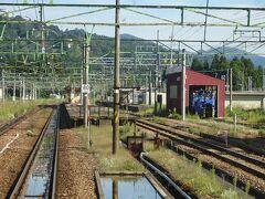 石打駅。 かつては特急電車も停まった駅だけど、今ではこの電車すら通過。