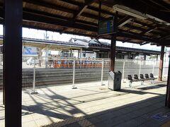 塩沢駅。ここには停車。 向こうの上りホームには、幼稚園らしい団体さんがいた。
