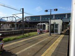 ほくほく線のホームに入る。 本社や車庫がある駅でもある。