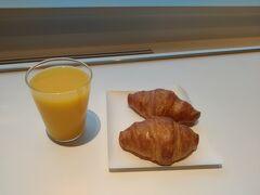 ラウンジで朝限定の軽食とオレンジジュースをいただきます。