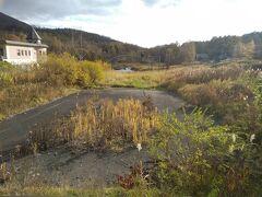 さらに今回の目的の一つ、噴火跡です。 噴火の結果、道路が廃道になり、水たまりになってしまいました。