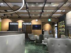 食後少し東大門あたりをうろついたら一路金浦空港へ。  空港に入る前に金浦空港のロッテマートで最期のお買い物をしてチェックイン。  お腹もいっぱいなので、ラウンジはプライオリティパスで入れる搭乗口に近いプレミアムラウンジで休憩。 JALさんご指定のKALラウンジは搭乗口から遠いもんでね。