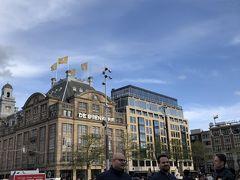『バイエンコルフ』 ダム広場の目の前にある、オランダ随一の高級百貨店。  中に入ります。