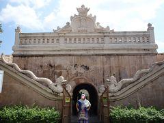 車でタマン・サリに移動しました。 水の離宮タマン・サリ入り口 この門の上に上ることができます。