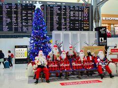 11月1日(Fri)  おはようございます。 文化の日3連休ってこともあるので1日だけお仕事のお休みを頂き逃亡したいと思います(笑)  成田空港はもうすっかりクリスマスだ☆早いなぁ@@; カウンターで9:30出発のはずのハノイ行きヴェトジェットは機材到着が遅れており50分程ディレイとのお言葉。いきなりつまづくなぁ(爆) 空港に送迎を依頼しているのでWhatsUppで遅れを知らせておこう。すぐに「問題ないよ」とのレスが来る。こういうコンタクト、有難い時代だ。  ヴェトジェットの機内持ち込みは手荷物合わせてオール7キロまで。先日バリ行きのエアアジアで痛い目に遭っているので、今回は既に受託荷物追加をしておいた。大した荷物ないけど手荷物も合わせてじゃ7キロには収まらない。