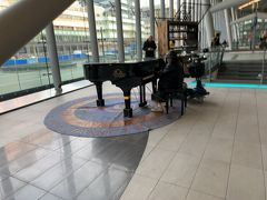 ロッテルダムで列車を乗り換え、ユトレヒト駅に来ました。  駅の構内にはグランドピアノが置いてあり、通りかかった方が思い思いに弾いていらっしゃいました。
