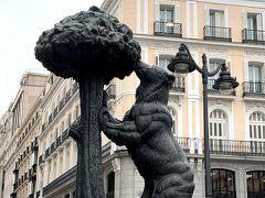 マドリードの象徴くまといちごの木の銅像。