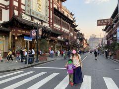 シックな街並みで、中国っぽい建物が建ち並んでいます。