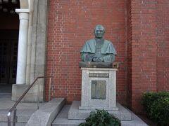 ヨハネ・パウロ2世の銅像。38年前に長崎に訪問されました。2005年4月2日にお亡くなりに。当時ローマに滞在していたのでバチカンへ出向き、聖遺物箱に入ったヨハネ・パウロ2世に謁見。とても優しいお顔でした。その後「聖人」に認定。