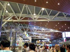 遅い時間なのに空港はすごい人です。