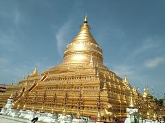 ①Shwe Zigon Pagoda シュエ・ジゴン・パゴダ  シュエはGold、ジゴンは砂浜、パゴダは仏塔。 高さ51mのビルマ型パゴダの祖型です。パゴダは下界(一番下の四角い部分)、人間界(その上の四角い部分)、天界(釣鐘状の部分)、涅槃(一番上の飾りのような部分)の4層に分かれています。
