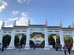 バス、全然難しくなかった、難なく故宮博物院へと到着出来ました。でっかいこの正門?の前で降車。