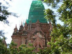 ③Htilominlo Temple ティーローミンロー寺院 13世紀 バガン王朝の最盛期を代表する高さ50mの建物ですが、2016年の地震で上部が倒壊し、まだ緑のシートで覆われていました。