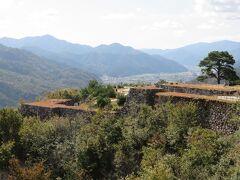 竹田城跡・・・秋から冬にかけて早朝に発生する雲海に包まれた光景が日本のマチュピチュとして有名  石垣は400年以上前のままで完存、まさに天空の要塞