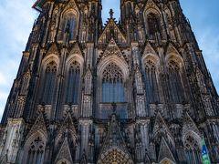 ホテルのほぼ目の前にケルン大聖堂があるという好立地もあり、翌朝は早めにでて人が少ない時間のケルン大聖堂をパチリ。ケルン大聖堂の前は、昼からは人がとても多くなるので朝早い撮影がオススメです。大聖堂の高さは157mあり、ビル40階の高さに相当する姿は迫力満点です。約632年の歳月をかけて1880年に完成した大聖堂はカトリック教会で、ゴシック様式の建築物の中では世界最大級と言われているそうです。