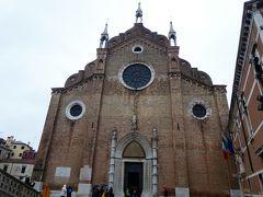 フラリ橋から見たサンタマリア・グロリオーサ・デイ・フラーリ教会。 ヴェネツィアは運河だけの街だと勝手に思い込んでいましたが、あちこちに教会があります。 フィレンツェに運河が入り込んだ感じです。