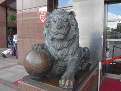 地球を手玉に取る新光三越のライオン像 地球儀前面には日本・台湾です