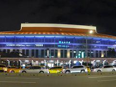 桃園空港へは以前、この前のバス停から約一時間ちょっとかけて移動していました MRTの開通が遅れましたが出来てとても便利になりました 綺麗な台北駅の夜景です