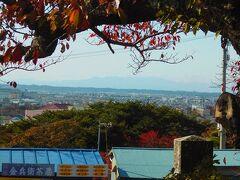 日和山に到着しました。 西に仙台市の山が見えます。 トップ写真は日和山公園の紅葉です。