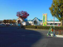石巻駅前に着きました。 石巻駅は1990年、2つの駅舎が統合されて1つの駅舎になりました。 石巻線は仙北軽便鉄道㈱が敷設、仙石線は宮城電気鉄道㈱が敷設したので、別々の駅舎になっていたのでした。