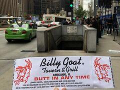 目指すお店、Billy Goat Tavern & Grillはストリートレベルから階段で降りたところにあります。この写真にある、普通なら降りたくない怪しすぎる階段を降ります。ぜひ、探してみて下さい。  Billy Goat Tavern 430 N Michigan Ave, Chicago, IL 60611