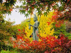 蓮の 花と葉 を 持つ仏像  「秋だから お芋 持ってるのかと思った………」 とは 母の言葉…………  …………はい???