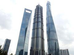 振り向くと、ビル3兄弟! 左から、  上海ワールド・フィナンシャル・センター  金茂大厦  上海タワー(上海中心大厦) 上海タワーはシースルーで、なんとも面白い建物です。