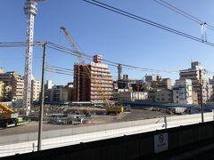 大阪駅から20分程南下していくと今回のまずは1ヶ所目の目的地、新今宮駅に到着しました。 歓楽街の新世界、日雇い労働者が集まるドヤ街の最寄駅ですが、駅の北側は絶賛再開発中。 2022に星野リゾートがホテルを開業するそうです。 よくまあこの土地を選びましたよね。