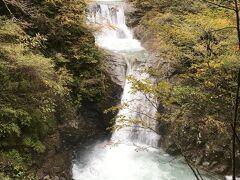 約2時間ほどで一番の目的地、七ツ釜五段の滝は到着。 日本の滝100選にも選ばれています!