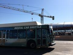 フェニックス空港に到着。  レンタカーを予約しているので空港からシャトルバスに乗って レンタカーセンターに移動します。  沢山のレンタカー会社が集まっている建物です。