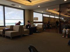 今回はマウイカフルイ空港の受付からセキュリティまで空いていました。 ホノルルまで短距離ですがファーストなのでラウンジが使えます。広々としていますが。