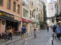 イスタンブール市内の中心部にあるガラタ塔を望むストリート 石畳の坂の多い街中は異国情緒に溢れて散策が楽しめる。
