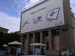 大聖堂の向かいには、スカラサンタがあります。 しかし、建物の上部はスマホの広告が… 時代には勝てないということでしょうか