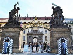 さっそくにプラハ城の中へ。  正門の両脇には、短刀とこん棒を持った 戦う巨人たちの彫像があります。 その下には衛兵さんが立っているのですが、 彫像か、ってくらい微動だにしない。  お仕事がんばってください~。