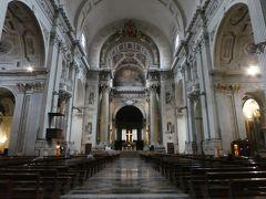 サンピエトロ大聖堂。 インデペンデンツァ通り、洋服屋さんとか靴屋さんと同じ並びに違和感なく溶け込んでいますが、一歩聖堂内に足を踏み入れると、そこは厳粛な空間が広がっていました。