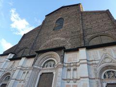 その向かいには、これもボローニャを代表する建築物、サンペテローニオ聖堂。 聖堂の壁は、上半分と下半分で作りが異なっています。 上はレンガ、下は白い石のようです。