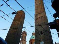 徐々に日も傾いてきました。 次に向かったのはボローニャの斜塔。 確かに、どちらの塔も微妙に傾いているように見えます。